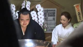 20150927 大相撲秋場所 優勝横綱鶴竜 井筒部屋で優勝杯.