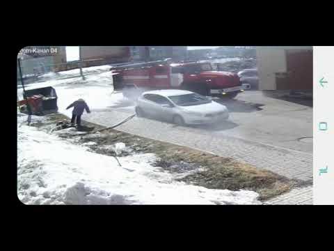 Шланг вырвался из рук пожарного в Томске и сбил с ног бабушку
