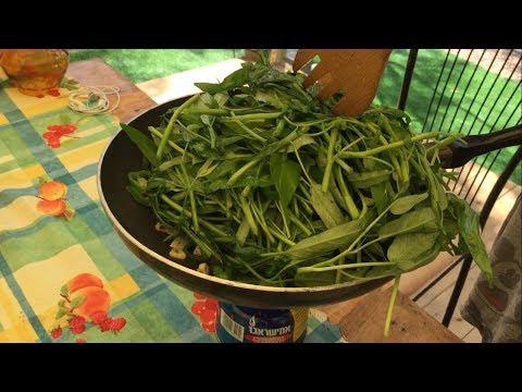 Процесс приготовления блюда из водяного тайского шпината.