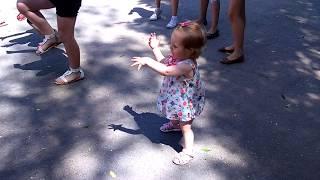 Маленькая девочка танцует под песню. 1 год 4 месяца. Девочка красиво танцует.