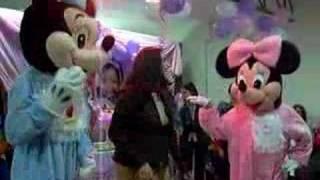 Baby Mickey y Minnie bailando reaggeton