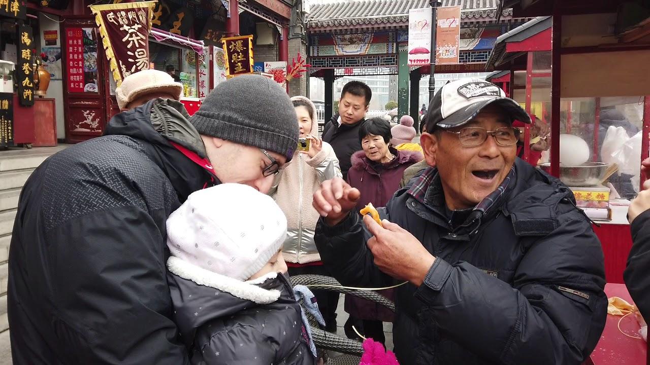 天津古文化街对外国人很有吸引力,原来老外对这个手艺特别感兴趣