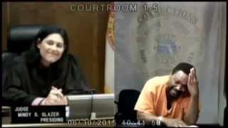 Acusado de roubo chora ao reconhecer juíza como sua amiga de escola