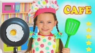 Alice juega con una juguete de cocina