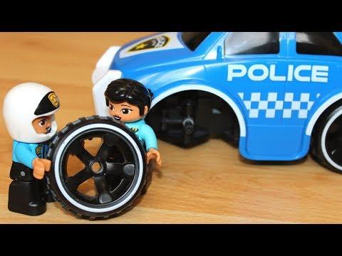 Полицейская машина мультик - Сеня играет в машинки игрушки и меняет колесо на полицейской машине
