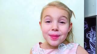 Cinco Crianças fingem brincar com bactérias de brinquedo