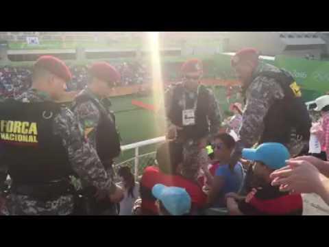 Torcedor preso na olimpiada, por cartaz FORA TEMER