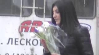 Восьмое марта вечер город Орёл 2015 год Остановка Красивая девушка на остановке 08 03 2015