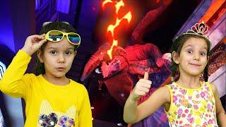 PIPONA. Лера и Вика играют в HUB ZERO. Игровая площадка в Дубае.