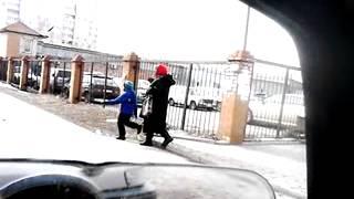 Ребенок на поводке(Знакомый снял на телефон как заботливая бабушка водит ребенка как собачку на поводке., 2014-05-14T15:05:14.000Z)