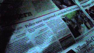 Ugandeses hojeando el Daily Monitor