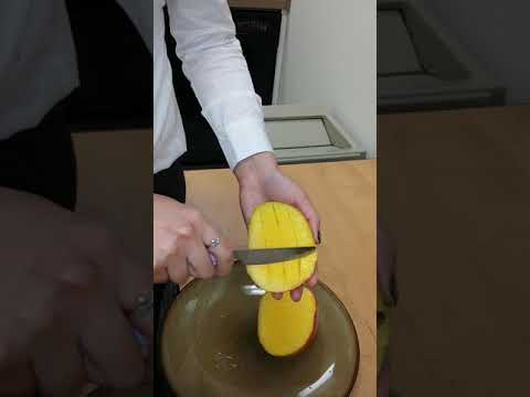 How to cut a mango with a butter knife- dorm style
