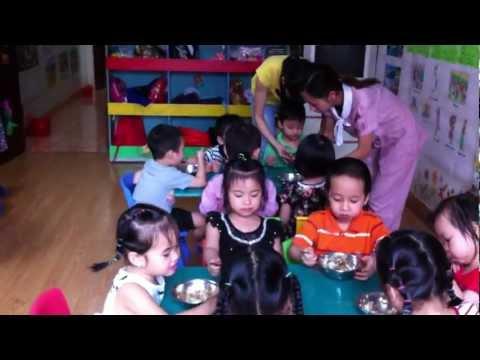 Các bé lớp Mẫu giáo nhỡ trong giờ ăn sau chuyến tham quan.MOV