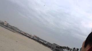風がほとんどない日だったので、砂浜で飛ばしてみました。低空を飛行す...