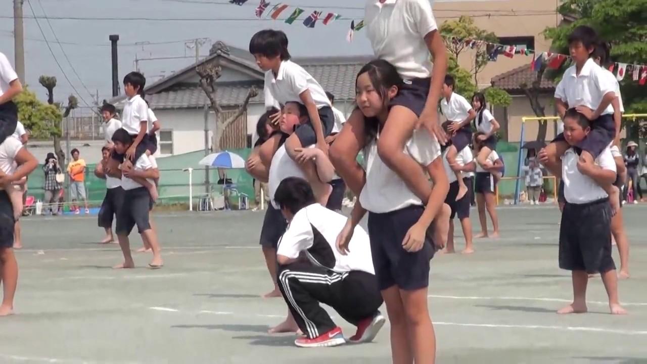 日本小学生练习叠罗汉课间操 洋萝莉瞩目