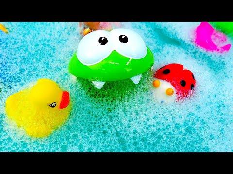 Весёлые игры для детей – Ам Ням в бассейне с пеной! – Детское видео с игрушками для ванной