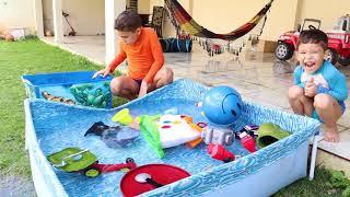 Jogando brinquedos diferentes dentro da piscina !! PLAYING DIFFERENT TOYS INSIDE THE SWIMMING POOL