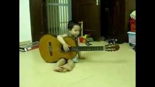 Bé Bond 2 tuổi rưỡi cầm đàn guitar và hát