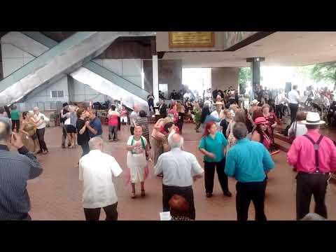 Baile en el Palacio Municipal de Monterrey. La Boa.