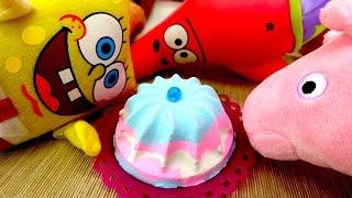 Игрушки Губка Боб и Свинка Пеппа готовят торт
