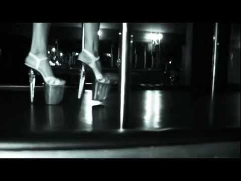 девушка в клубе клип поет