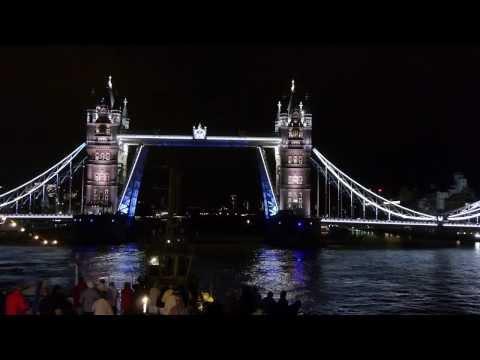 MS Berlin (Dream Goddess) in London unter der Tower Bridge