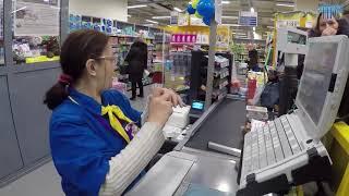 Реакция продавца на новую купюру в 2000 рублей в «Ленте» в Новосибирске