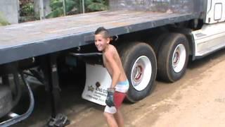 Niño cubano manejando rastra