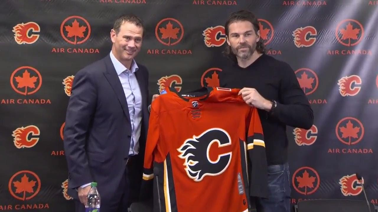 reputable site e4c8a 8063e Jagr throws on Flames jersey for first time