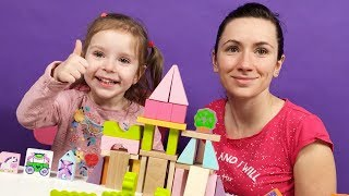 Эмми с мамой играют кубиками с принцессой, драконом и рыцарем. Видео для детей