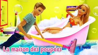 Barbie est venue fatiguée après le travail. Ken soigne Barbie. Vidéo drôle avec les poupées.
