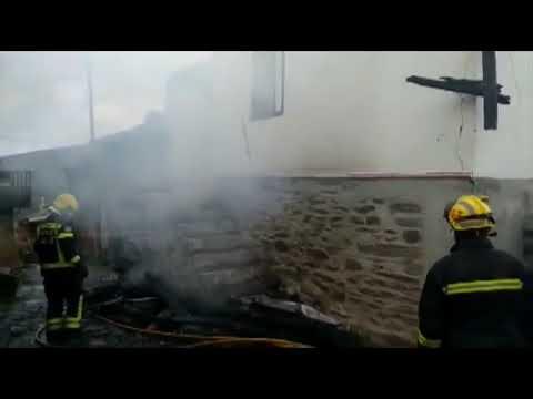 Las llamas calcinan una casa en O Barco 11 12 19