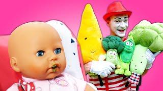 Vidéo drôle pour enfants. Le mime plante les légumes pour le bébé born Annabelle.