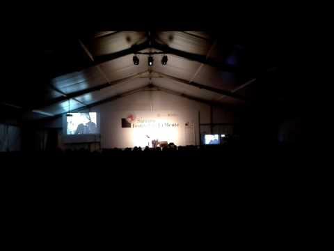 Giuseppe Cederna ricorda Gianmaria Testa e fa cantare il pubblico del Festival della Mente