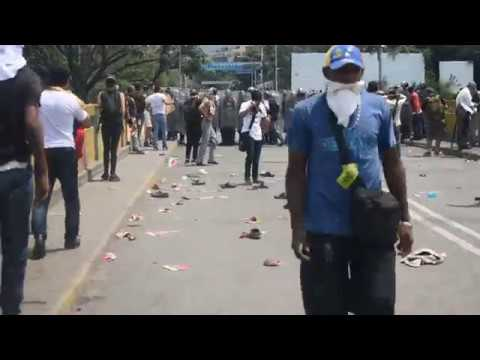 RAW FOOTAGE of Venezuelan police using tear gas on protesters and media