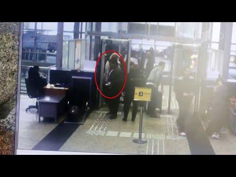 """В аэропорту """"Шереметьево"""" выясняют, как один из пассажиров сумел пронести травматический пистолет."""
