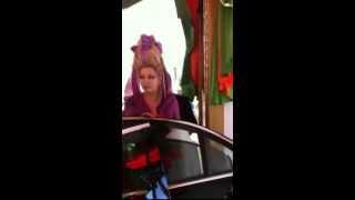Лена Ленина не может влезть в лимузин со своей прической