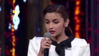 "Alia Bhatt sings ""Samjhawan"" Live at the 7th Royal Stag Mirchi Music Awards"