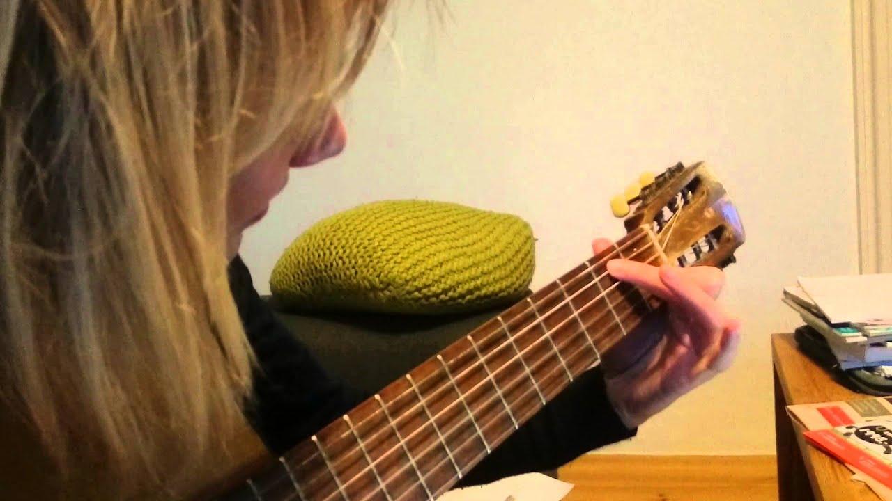 Jens lærer Fries at spille guitar