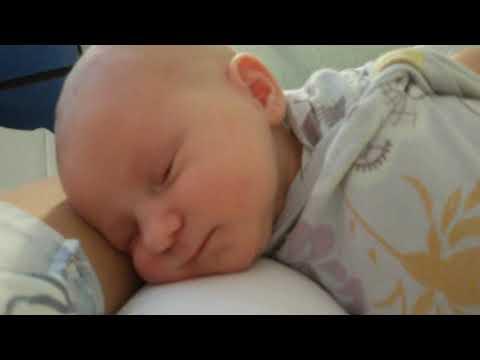 Малышке 2 дня.  Просыпается и зевает!