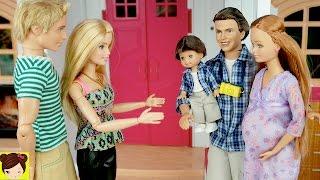 Muñeca Embarazada Midge y su Bebe Visitan a Barbie - La Abuelita les da Regalos a Las Hermanas thumbnail
