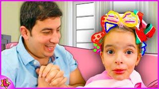 Laurinha e papai sozinhos em casa em vídeos para criança