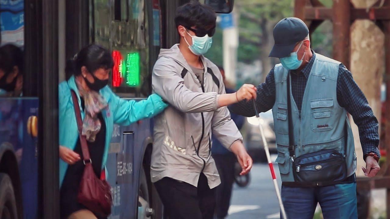 Blind Man Takes Bus Alone | Social Experiment 当盲人独自乘坐公交遇到不便,大家的做法太暖了!(社会实验)
