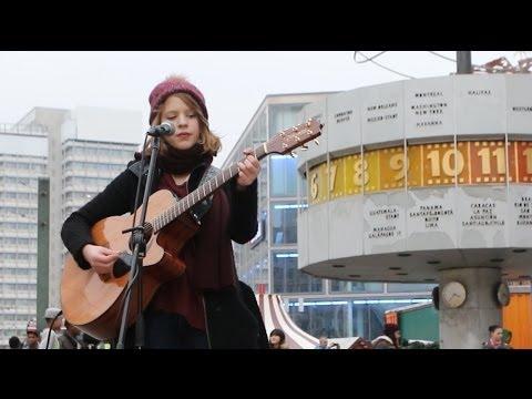 Alice Hills - Straßenmusikerin am Alexanderplatz in Berlin