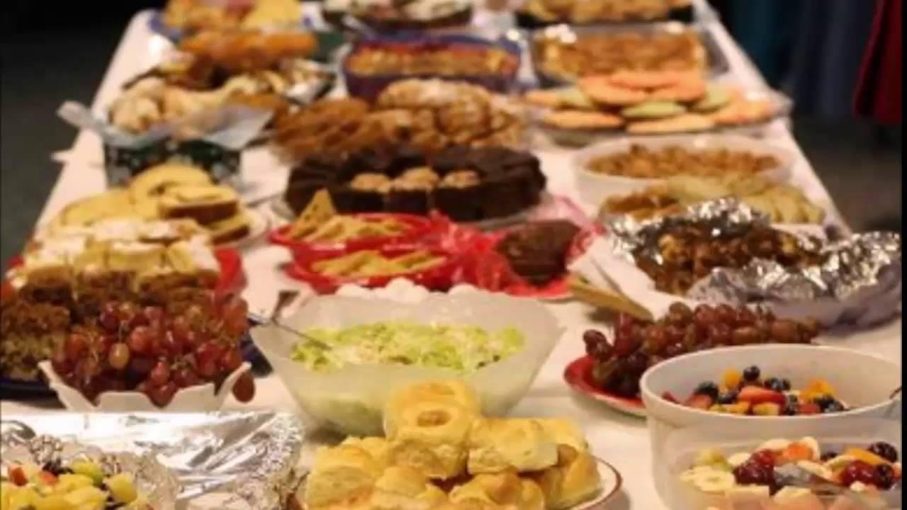 بعض الفواكه والحلويات