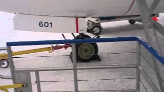 イエローナイフ空港到着 ウエストジェット航空から降りて到着ロビーへ