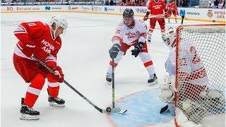 Смотреть видео Президент России Владимир Путин участвует в гала-матче Ночной хоккейной лиги в Сочи - прямая тран... онлайн
