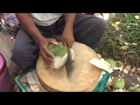 การปอกมะพร้าวอ่อน ให้เหลือแต่เนื้อหุ้มน้ำ