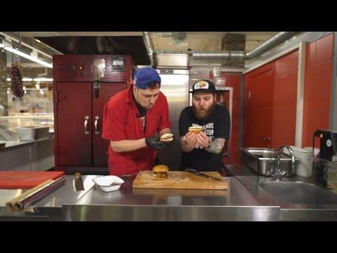Два бургера: свиная лопатка и японское вагю
