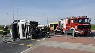 Felborult kamionhoz érkező mentők, rendőrök, tűzoltók és a műszaki mentés Szombathely határában